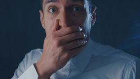 Ritratto dell'uomo d'affari spaventato che grida con il timore Scena di orrore archivi video