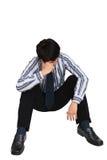 Ritratto dell'uomo d'affari triste che si siede sul pavimento fotografie stock