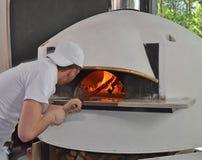 Ritratto dell'uomo della pizza panettiere Fotografie Stock
