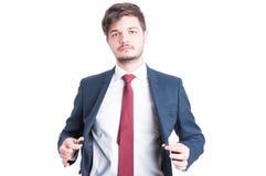 Ritratto dell'uomo di affari che chiude il suo rivestimento del vestito Fotografie Stock