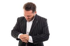 Ritratto dell'uomo di affari che mostra gesto di dolore del polso fotografia stock
