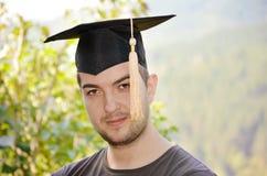 Ritratto dell'uomo di graduazione che sorride e che guarda hap Immagini Stock