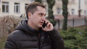 Ritratto dell'uomo di mezza età che chiama dal telefono stock footage