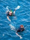 Ritratto dell'uomo e del ragazzo caucasici nella muta subacquea con snorke Fotografie Stock Libere da Diritti
