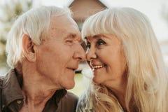 Ritratto dell'uomo e della donna allegri invecchiati Fotografie Stock Libere da Diritti