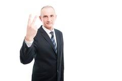 Ritratto dell'uomo elegante invecchiato che mostra gesto di numero due Immagini Stock Libere da Diritti