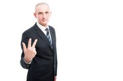 Ritratto dell'uomo elegante invecchiato che mostra gesto di numero tre Immagini Stock
