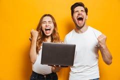 Ritratto dell'uomo estatico e della donna che gridano e pugni di serraggio fotografia stock libera da diritti