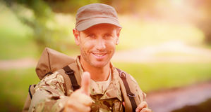 Ritratto dell'uomo felice dell'esercito con i pollici su Fotografia Stock