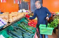 Ritratto dell'uomo maturo che acquista le verdure stagionali Fotografia Stock