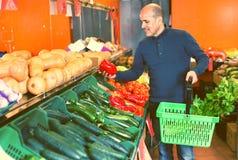 Ritratto dell'uomo maturo che acquista le verdure stagionali Immagine Stock Libera da Diritti