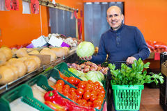 Ritratto dell'uomo maturo che acquista le verdure stagionali in alimento dell'azienda agricola Immagini Stock Libere da Diritti