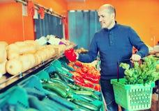 Ritratto dell'uomo maturo che acquista le verdure stagionali in alimento dell'azienda agricola Fotografia Stock