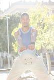 Ritratto dell'uomo muscolare che fa esercizio con palla medica Fotografia Stock