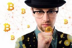 Ritratto dell'uomo in occhiali e cappello che tengono bitcoin dorato immagini stock libere da diritti