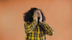 Ritratto dell'uomo pelato scuro stanco barbuto su fondo arancio Concetto delle emozioni archivi video