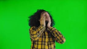 Ritratto dell'uomo pelato scuro stanco barbuto sullo schermo verde o sul fondo chiave di intensità Concetto delle emozioni archivi video