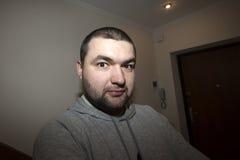 Ritratto dell'uomo pericoloso barbuto bello fotografia stock libera da diritti
