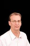 Ritratto dell'uomo più anziano sul nero in camicia bianca Immagini Stock