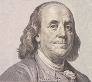 Ritratto dell'uomo politico, dell'inventore e del diplomatico Benjamin Franklin degli Stati Uniti come osserva su cento complemen immagini stock libere da diritti