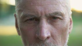 Ritratto dell'uomo premuroso serio che esamina macchina fotografica, pensionamento e futuro archivi video