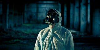 Ritratto dell'uomo in respiratore immagini stock
