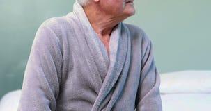 Ritratto dell'uomo senior in accappatoio stock footage