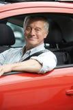 Ritratto dell'uomo senior che conduce automobile Fotografia Stock Libera da Diritti