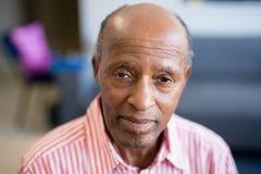 Ritratto dell'uomo senior con la linea sottile retrocedere fotografia stock libera da diritti