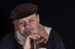 Ritratto dell'uomo senior sorridente pensionato che prende una vecchia tromba Fotografia Stock Libera da Diritti