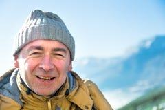 Ritratto dell'uomo serio dell'alpinista in montagne Fotografia Stock Libera da Diritti