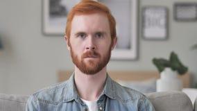 Ritratto dell'uomo serio che esamina macchina fotografica archivi video