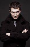 Ritratto dell'uomo severo in cappotto nero immagini stock