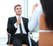 Ritratto dell'uomo sicuro di affari che discute con il suo collega Immagine Stock
