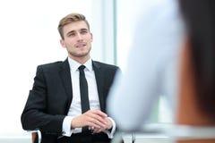Ritratto dell'uomo sicuro di affari che parla con il suo collega Fotografie Stock