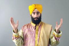 Ritratto dell'uomo sikh indiano con le sue mani sollevate Fotografie Stock Libere da Diritti
