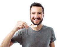Ritratto dell'uomo sorridente con la barba, con lo spazzolino da denti, sull'isolato su fotografia stock libera da diritti