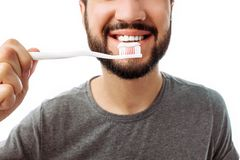 Ritratto dell'uomo sorridente con la barba, con lo spazzolino da denti, sull'isolato su immagini stock