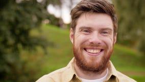 Ritratto dell'uomo sorridente felice con la barba rossa stock footage