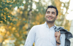 Ritratto dell'uomo splendido di sorriso dei giovani Immagini Stock