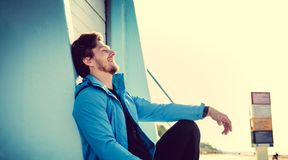 Ritratto dell'uomo sportivo in una giacca blu Fotografia Stock