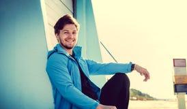 Ritratto dell'uomo sportivo in una giacca blu Immagini Stock Libere da Diritti