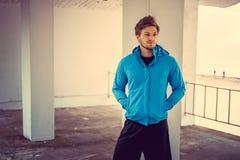 Ritratto dell'uomo sportivo in una giacca blu Giovani adulti Immagini Stock
