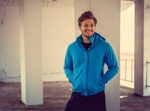 Ritratto dell'uomo sportivo in una giacca blu Giovani adulti Fotografia Stock Libera da Diritti