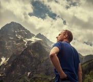 Ritratto dell'uomo sulla vista dei picchi di montagna Immagini Stock