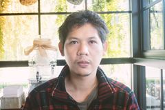 Ritratto dell'uomo tailandese dell'uomo asiatico nella caffetteria Fotografia Stock Libera da Diritti