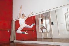 Ritratto della ballerina che salta mentre eseguendo Fotografie Stock