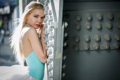Ritratto della ballerina graziosa nell'industriale Immagine Stock Libera da Diritti