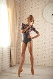 Ritratto della ballerina vicino alla finestra alla luce del sole nell'interno domestico Concetto di balletto Fotografia Stock Libera da Diritti