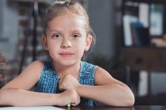 ritratto della bambina adorabile con l'indicatore variopinto nello sguardo delle mani Immagini Stock